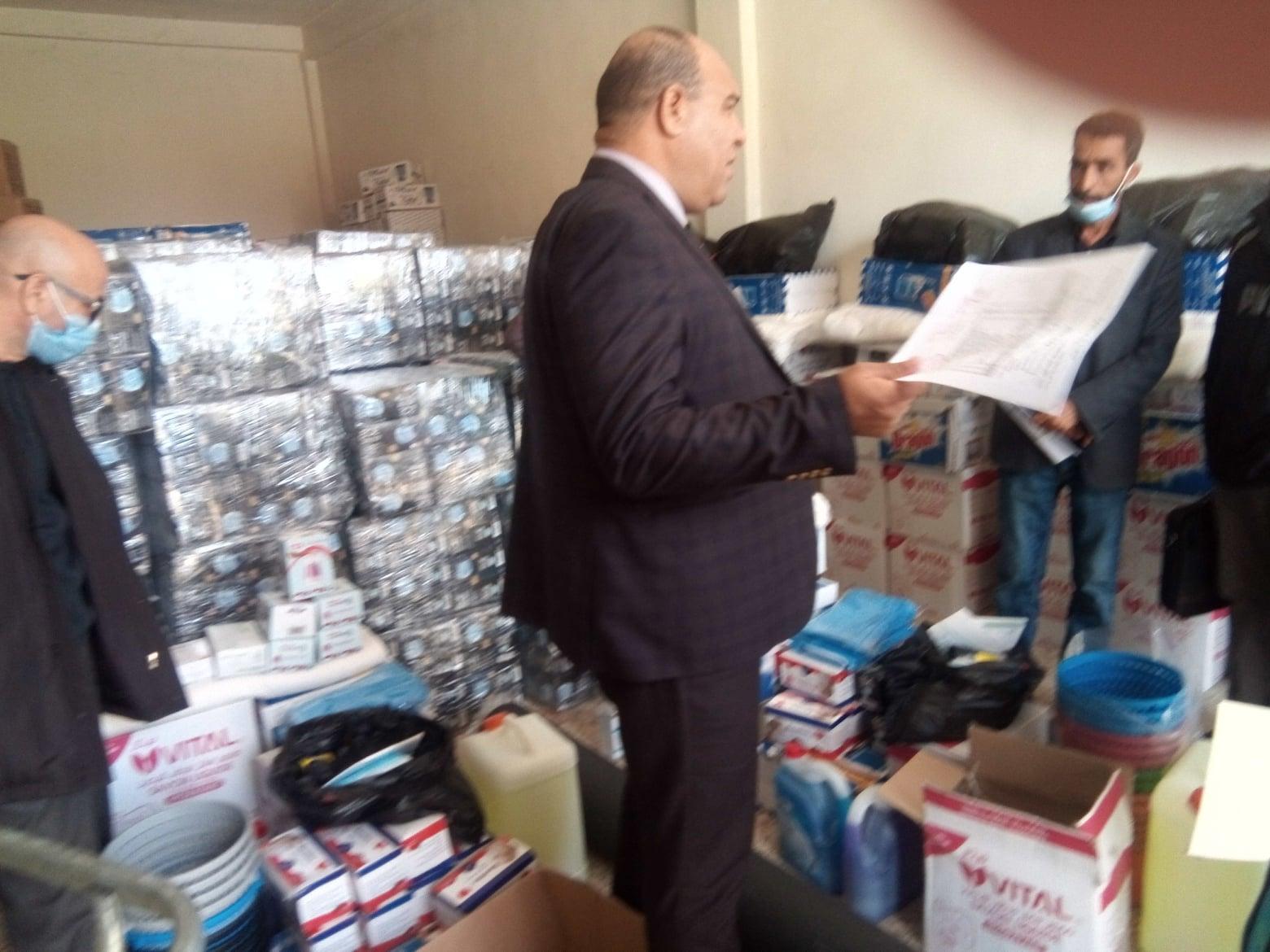 مدير التربية السيد  بن شريف حليم يشرف على توزيع المستلزمات الوقائية على مديري المدارس
