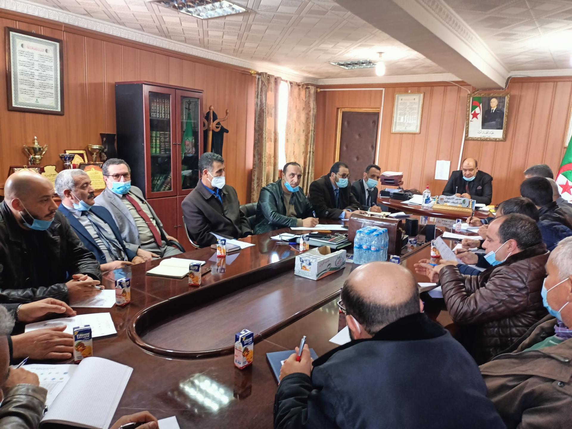 مدير التربية السيد حليم بن شريف  يعقد لقاء تشاوريا مع عدد من نقابات القطاع