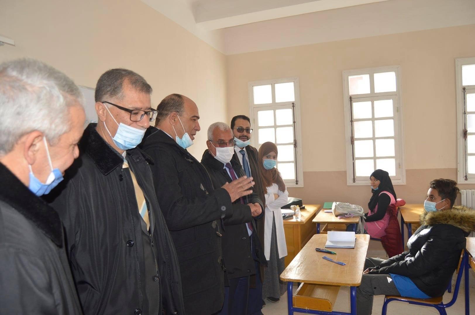 مدير التربية السيد حليم بن شريف  رفقة السيد الوالي و الامين العام للولاية  بالمتوسطة الجديدة حي عدل خنشلة